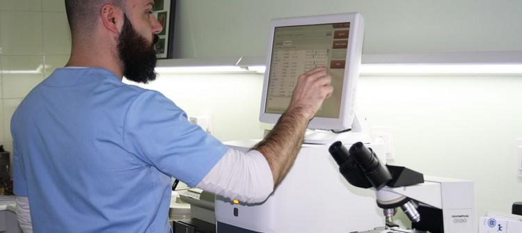 Javier preparando un análisis en el laboratorio de Veterinaria Villava