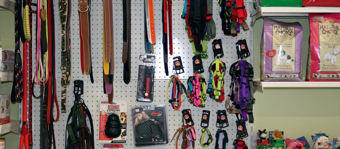 sección de accesorios para mascotas en la tienda de Veterinaria Villava