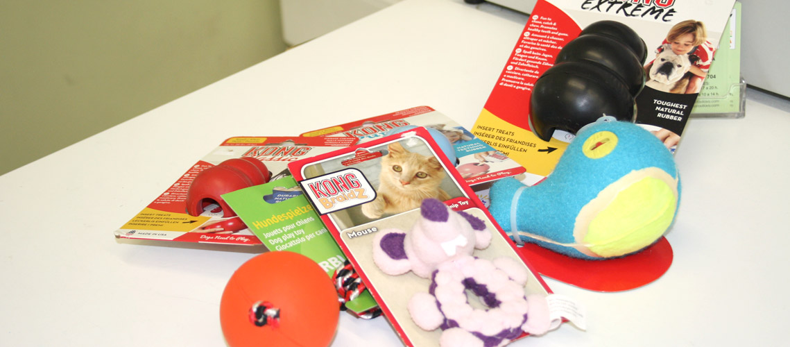 selección de juguetes para mascotas en la tienda de Veterinaria Villava