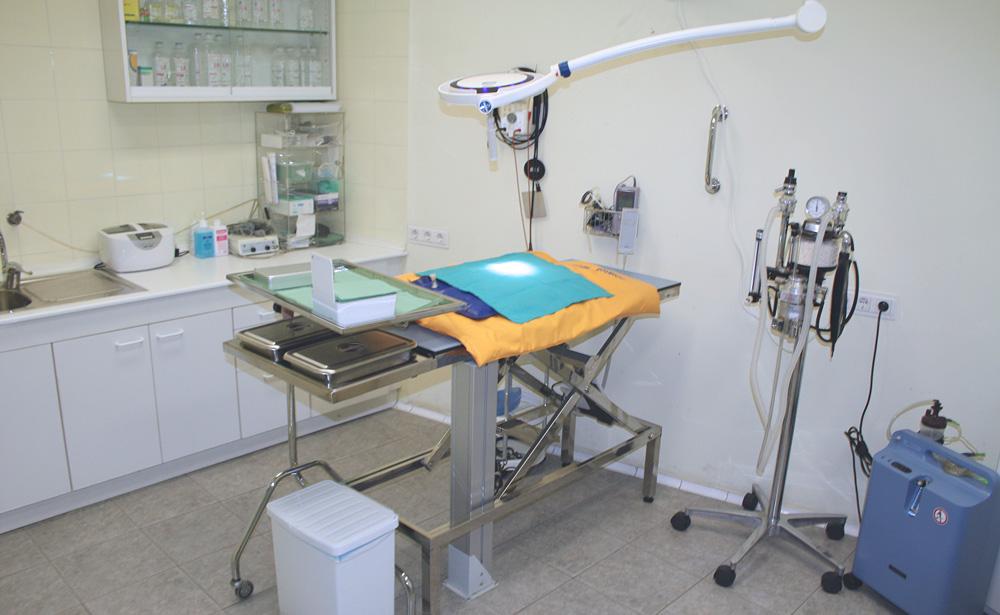 vista del quirófano de Clínica Veterinaria Villava con su equipamiento