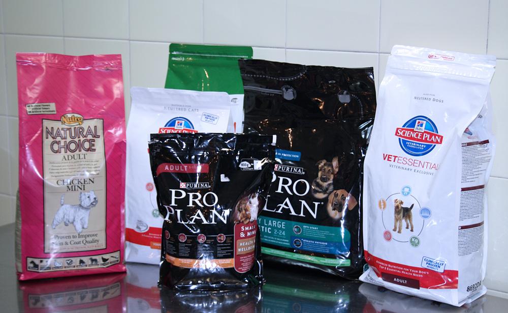diferentes productos y marcas de alimentación premium en la tienda de Clínica Veterinaria Villava